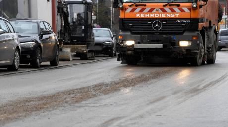 Schmutzige Straßen in Burgau: Eine Kehrmaschine ist im Einsatz.