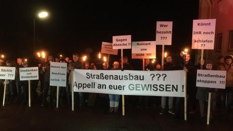 Rund 30 betroffene Egenhofer Bürger haben mit Transparenten vor der Sitzung des Kammeltaler Gemeinderats gegen den Straßenausbau in ihrem Ortsteil demonstriert.