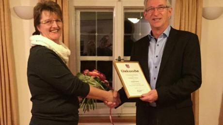 Karl Oberschmid bedankt sich bei Elisabeth Abold.
