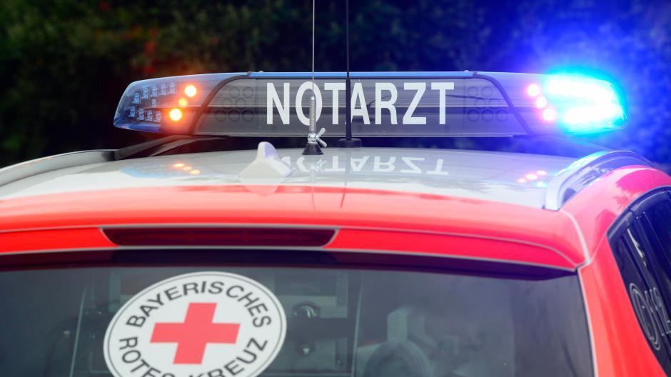 Notarzt-Dienste zu leisten finden viele Mediziner unattraktiv. Die Bayerische Landesärztekammer fordert bessere Bedingungen - nicht nur in der Bezahlung.