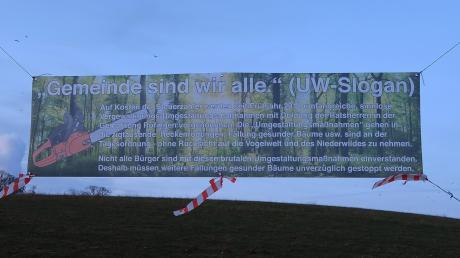 Mit diesem Banner macht ein Bürger auf die aus seiner Sicht ungerechtfertigten Baumfällungen im Raum Röfingen aufmerksam.