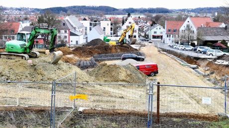 Sowohl in Gundremmingenals auch in Burgau (Foto) hatten bereits vor den Spatenstichen die Arbeiten für das neue Holzwerk samt Firmenzentrale sowie für das Stadthaus begonnen.