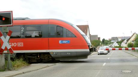 Wie hier in Wasserburg sollen künftig alle Bahnübergänge der Mittelschwabenbahn beschrankt sein.