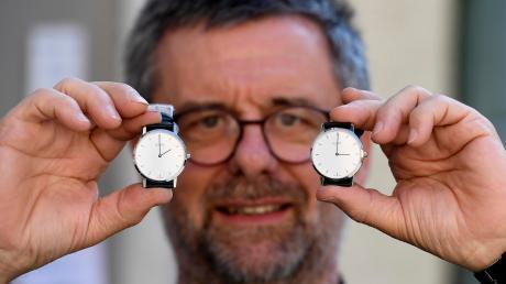In der Nacht auf Sonntag wird die Zeit von zwei auf drei Uhr umgestellt. Nach dieser Zeitumstellung gilt die mitteleuropäische Sommerzeit. Für Juweliere wie Anton Gossner aus Günzburg bedeutet das auch Arbeit, weil Uhrwerke von Hand umgestellt werden müssen. In zwei Jahren soll nach dem Willen des EU-Parlaments Schluss sein: Doch dafür müssen sich alle Mitgliedstaaten einig sein.
