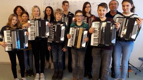 Junge Akkordeon-Spieler haben sich zu einer Fortbildung des Deutschen Harmonika-Verbands in der Schule für Tasteninstrumente in Kammeltal-Ettenbeuren getroffen. Es ging um das freie Spiel ohne Noten.