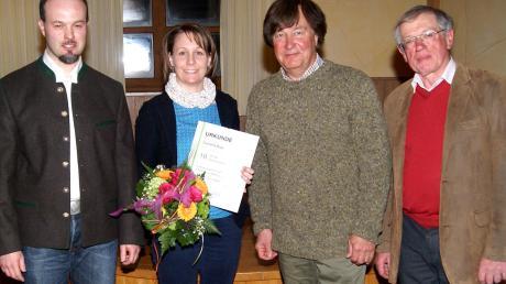 Geschäftsführer Kay Reiff (links) und Vorsitzender Wilhelm Baumeister (rechts) der Forstbetriebsgemeinschaft Günzburg-Krumbach (FBG) dankten Sekretärin Cornelia Bayr und verabschiedeten Fachberater Peter Schaffner.
