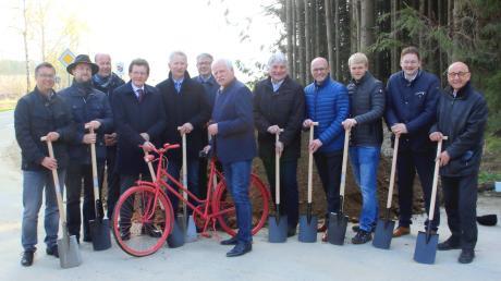 Prominente Gäste und ein rotes Fahrrad: Direkt an der Grenze der Landkreise Augsburg und Günzburg fand am Montag der Spatenstich zum neuen Radweg zwischen Rechbergreuthen und Baiershofen statt.