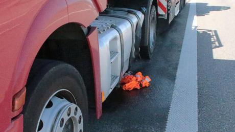Auf der A8 hatte sich ein Unfall ereignet, Kraftstoff lief aus.