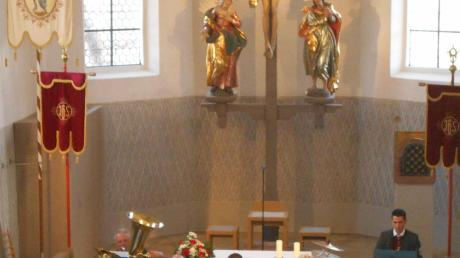 """Vom Altarraum aus präsentierte die Musikkapelle Freihalden-Oberwaldbach ihr """"Gotteslob"""" beim Jahreskonzert in der Oberwaldbacher Pfarrkirche Maria Immaculata."""