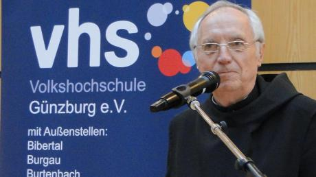 """Notker Wolf, der ehemalige Abtprimas der Benediktiner, stellte in Günzburg auf Einladung der Volkshochschule sein Buch """"Schluss mit der Angst – Deutschland schafft sich nicht ab!"""" vor."""