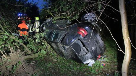Der Fahrer dieses Autos hatte beim Überholen die Kontrolle über seinen Wagen verloren und war von der A8 abgekommen.