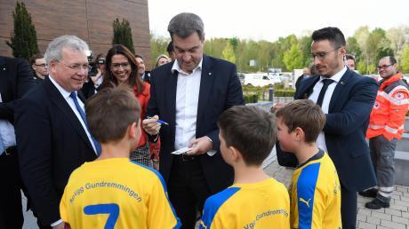 Erst ein 9:2 Sieg, dann ein Autogramm und ein Foto mit Ministerpräsident Markus Söder und dem Europaabgeordneten Markus Ferber: Die E-Jugendspieler der SpVgg Gundremmingen hatten einen richtig erfolgreichen Dienstag.