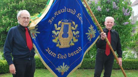 """Musik kann einen durch das Leben tragen: """"In Freud und Leid zum Lied bereit"""" steht auf der Fahne der Chorgemeinschaft Waldstetten, die der Vorsitzende Josef Müller (links) und Fahnenjunker Anton Stengelberger präsentieren."""