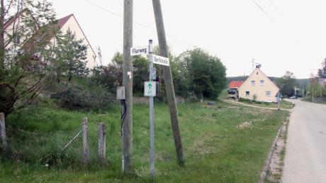 Auf diesem Grundstück an der Dorfstraße wird das neue Gerätehaus für die Freiwillige Feuerwehr Glöttweng entstehen. Am Donnerstag gab es hinsichtlich der Fassade des Gebäudes noch einen Einwand.