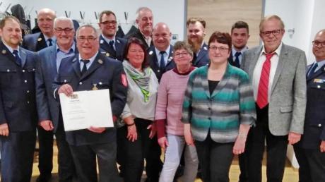 Lothar Boner (vorne mit Urkunde) bringt es auf stolze 50 Jahre als aktiver Feuerwehrmann. Bei der Dienst- und Mitgliederversammlung seiner Wehr erhielt er dafür das Feuerwehrehrenzeichen des Freistaats.