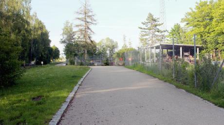 Zwischen dem neuen Kreisel und der ehemaligen Kläranlage – dort, wo sich auch der Lagerplatz des Bauhofs befindet, soll in Gundremmingen ein weiteres Gewerbegebiet entstehen. Am Mittwoch hat der Gemeinderat die Aufstellung eines Bebauungsplans beschlossen.