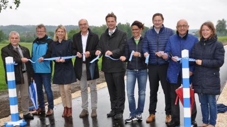 Trotz trüber und regnerischer Wetterbedingungen herrschte Freude über die Fertigstellung des neuen Geh- und Radweges zwischen Naichen und Ettenbeuren bei der symbolischen Verkehrsfreigabe.