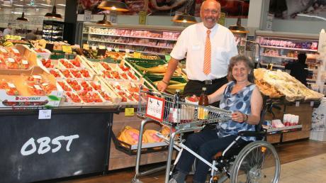 Spezielle Einkaufswagen für Rollstuhlfahrer hat die Leipheimer Firma Wanzl entwickelt. Einige der Wagen hat Roland Bernert, Leiter des Günzburger V-Marktes, beschafft. Doris Schwarz testete einen Wagen und zog ein positives Fazit.