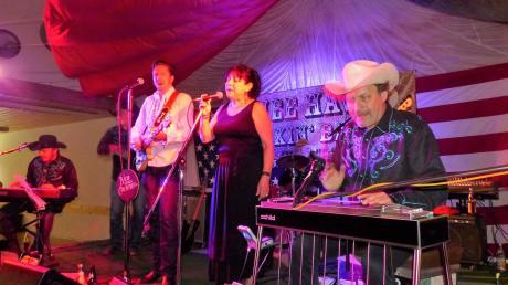 Die Hee Haw Pickin' Band und Stargast Tish Hinojosa aus San Antonio, Texas, haben das Publikum im Leipheimer Schützenhaus begeistert.