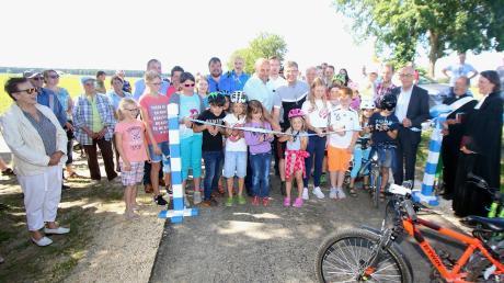 Am Samstag wurde der neue Radweg zwischen Oxenbronn und Waldstetten offiziell eröffnet. Kinder übergaben ihn seiner Bestimmung. Seinen Segen erhielt der Radweg ebenfalls.