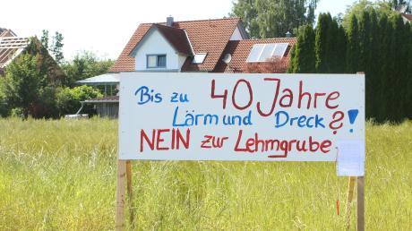 Am Ortseingang von Hafenhofen, im neuen Baugebiet Kohlstattäcker II, wurden zwei Tafeln aufgestellt. Die Bürger wollen nicht, dass zwischen Konzenberg und Hafenhofen eine Lehmgrube entsteht.