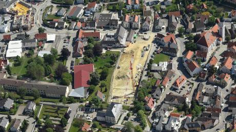 Blick auf Burgau mit dem Rathaus und angrenzendem ehemaligem Zimmermann-Areal im Stadtzentrum, wo das neue Stadthaus entsteht.