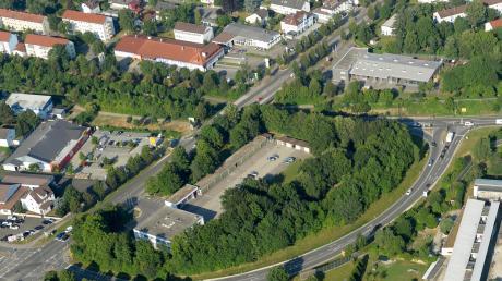 """Wie ein Bogen spannt sich die Verbindungsstraße zwischen B10 und B16 um das Gelände der Günzburger Polizei – daher der Name """"Polizeiohr""""."""