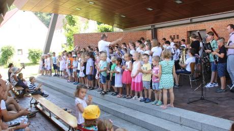 """Beim Jahreskonzert der Musikschule Gundremmingen, Offingen, Rettenbach am Sonntag erhielten die jungen Musikerinnen und Musiker einen großen Applaus. Am Ende gingen alle mit einem Stück aus dem Musical """"Wakatanka"""" musikalisch auf Büffeljagd."""