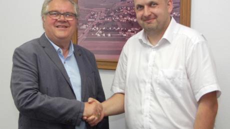 Frank Lehnert (rechts) wurde im Gemeinderat Röfingen als Nachfolger von Benno Schmid durch Bürgermeister Hans Brendle ins Ehrenamt vereidigt.