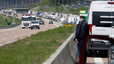 Wenn über lange Zeit nichts vorwärts geht, ist die Versuchung groß, sich im Stau auf der Autobahn – wie hier vor ein paar Monaten bei Edenbergen – die Füße zu vertreten. Doch die Polizei rät strikt davon ab.