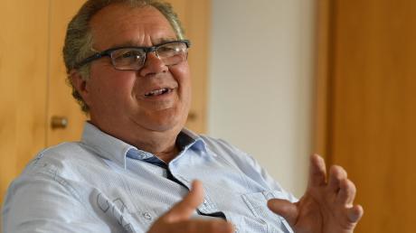 Johann Brendle ist ehrenamtlicher Bürgermeister von Röfingen. Der 65-Jährige arbeitete vor seiner Pensionierung bei der Deutschen Telekom und steht seit 2014 an der Spitze der Gemeinde. Bei den Kommunalwahlen im nächsten Jahr will er wieder antreten, denn die Aufgabe mache ihm Spaß.