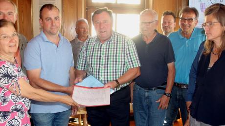 Am Mittwoch übergaben Bürger an Bürgermeister Georg Holzinger rund 800 Unterschriften gegen eine geplante Lehmgrube bei Hafenhofen.