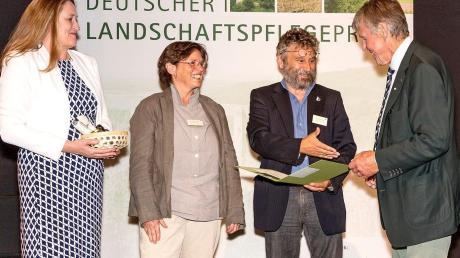 Die Arge Donaumoos hat für ihr Projekt Naturweiden Donaumoos den Deutschen Landschaftspflegepreis bekommen. Das Bild zeigt die Niedersächsische Landtagspräsidentin Gabriele Andretta, Anja Schumann und Ulrich Mäck als Projektverantwortliche Naturweiden Donaumoos) und Josef Göppel, der Vorsitzender des Deutschen Verbandes für Landschaftspflege bei der Preisübergabe.