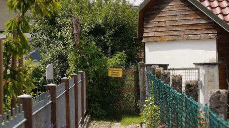 Versperrt ist momentan dieses jahrzehntelang funktionierende Gängele in Bubesheim. Bürgermeister und Gemeinderat wollen durch Grundstückskäufe die fußläufige Verbindung, die ausschließlich über Privatgrund läuft, wieder ermöglichen.