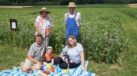 Die ganze Familie steht hinter dem Blühflächen-Projekt: Landwirt Franz Bissinger, Partnerin Sonja Zettler, die Kinder Jonas und Finn sowie Franz´ Eltern Helma und Josef.