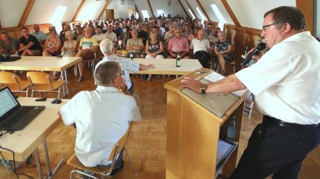 Gut 150 Bürger waren zur Bürgerversammlung in den Bürgersaal im Haldenwanger Rathaus gekommen. Bürgermeister Georg Holzinger (rechts) und VG-Geschäftsleiter Frank Rupprecht (links daneben) erläuterten auch das Thema Lehmgrube.
