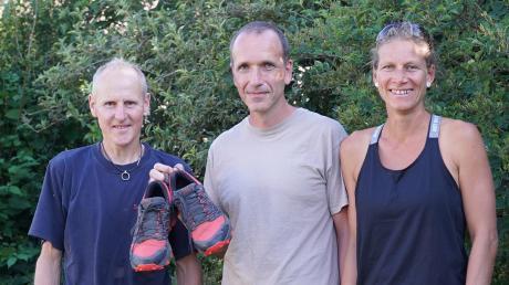 168 Kilometer wanderte Markus Katzmaier (Mitte) in seinen roten Wanderschuhen von Derndorf am Necker zu Familie Sauter nach Bubesheim. Eine tolle Leistung, finden Nina und Carlos Sauter mit Lola und Lex, zwei von ihren vier Kindern, und Hund Milla.