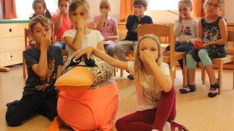 """Zusammen mit den Vorschulkindern des St. Anna Kindergartens in Oberwaldbach taucht Paula Print beim Lied """"Komm und zieh die Badehose an"""" ab."""