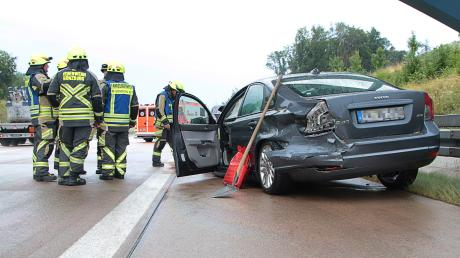 Bei einem Streifzusammenstoß zwischen zwei Fahrzeugen sind am Samstag bei Günzburg drei Menschen verletzt worden.