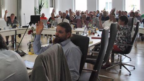 Ohne Gegenstimmen hat der Stadtrat Ichenhausen in seiner letzten Sitzung vor der Sommerpause beschlossen, auf den Ausbau der Straßen Am Jägermahd, Zeiterweg, Günztalstraße und Zur Schwarzen Muttergottes zu verzichten. Etwa 50 bis 60 Betroffene waren als Zuhörer zur Sitzung gekommen.