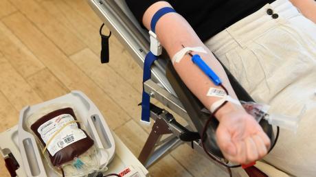 Unsere Volontärin Lea Binzer kann schon wieder lachen. Denn über die Hälfte ist schon geschafft: Insgesamt 500 Milliliter ihres Bluts werden bei der Blutspende-Aktion im Kulturzentrum in Gundremmingen abgezapft.