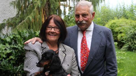 Waltraud Wistuba freut sich über die Unterstützung ihres Mannes Eberhard, mit dem sie 60 Jahre lang verheiratet ist. Dackelhündin Franzi gehört ebenfalls zur Familie.