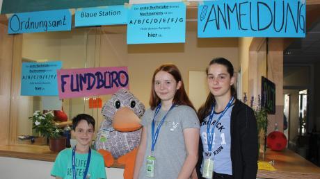 Für ihren Besuch in Mini-Günzburg bekam Paula Print am Meldeamt ein Besuchervisum. Laura Mangold, 15, (links) und Lisa Martin, 15, machten mit ihr eine Kinderspielstadt-Führung. Oberbürgermeister Mika Hallmann, 10, war mit dabei.