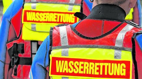 Die Friedberger Wasserwacht war am Montag im Einsatz, um den 18-Jährigen aus Augsburg aus dem Friedberger See zu retten.