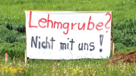 Mit Bannern und einer Unterschriftenaktion hatten Bürger ihren Unmut über eine bei Hafenhofen geplante Lehmgrube geäußert. In der Sitzung am Mittwoch entschied der Haldenwanger Gemeinderat über den Bauantrag.