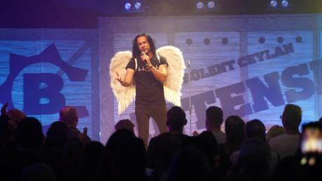 Comedian oder Sänger? Bülent Ceylan kann beides und überraschte das Günzburger Publikum mit einem Metal singenden Engel.