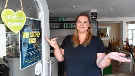 """Das Café Herzdame in der Kapuzinergasse in Günzburg sucht dringend Personal. Die Inhaberin Madeleine Le Claire möchte die Öffnungszeiten gerne erweitern, weil die Nachfrage bei den Gästen groß ist. Aber ohne mehr und feste Mitarbeiter, die """"auf jeden Fall"""" über Mindestlohn bezahlt werden, ist das nicht möglich."""