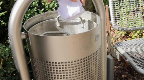 Abfallbehälter, wie auf dem Bild bei dem Platz vor dem Schlössle, gibt es in Rettenbach und den Ortsteilen nur wenige. Am Montag hat der Gemeinderat die Beschaffung einheitlicher und zeitgemäßer Behältnisse beschlossen.