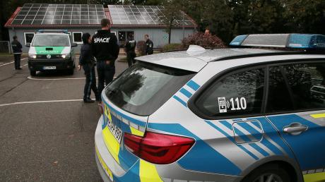 Die Polizei hat am Montagmittag in Offingen zwei Einbrecher festgenommen. Wegen der laufenden Suche nach zwei Männern, die aus der Forensischen Klinik des BKH geflohen waren, waren schnell viele Einsatzkräfte vor Ort.