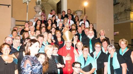 Bischof Ciro Miniero aus Vallo della Lucania umrahmt von den Chören aus dem Bibertal, Vallo und Moio, vorne links Santina de Vita die Gründerin des Musikinstitutes in Vallo, vor dem Bischof sitzend Aniello de Vita Chorleiter im Bibertal und Professor in Vallo.